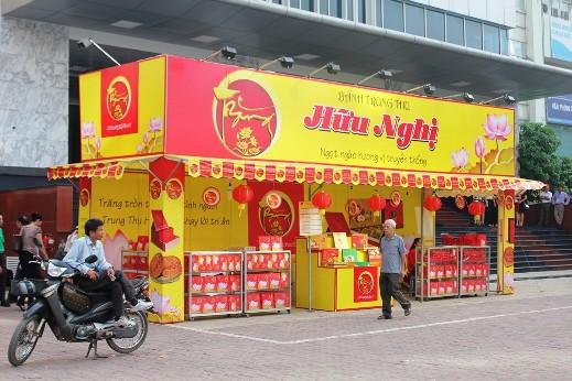 Một nhân viên bán bánh trung thu trên đường Hoàng Đạo Thúy (Thanh Xuân) cho biết, chị chưa biết có lệnh cấm bán này và chị chỉ là người làm thuê cho chủ cửa hàng