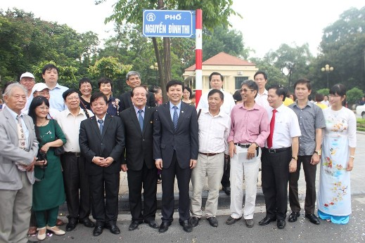 Cùng nhau chụp ảnh lưu niệm trên con đường Nguyễn Đình Thi
