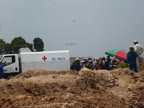 Cơ quan công an khám nghiệm hiện trường vụ xác người bị đốt tại huyện Hóc Môn, TP HCM