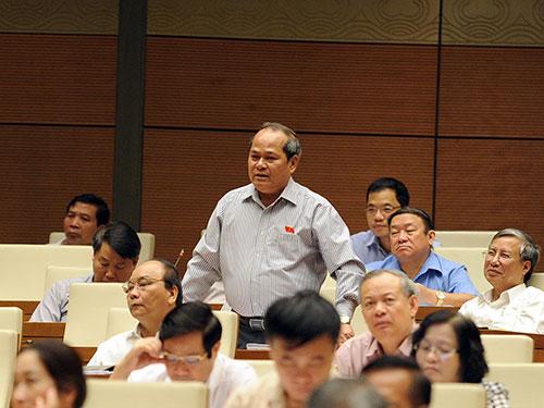 Đại biểu Ngô Văn Minh (Quảng Nam) chất vấn chênh lệch thống kê xuất nhập khẩu giữa Việt Nam và Trung Quốc Ảnh: THẮNG LONG