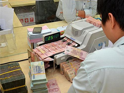 Tiền giấy được dùng phổ biến hơn hẳn tiền xu trong thanh toán ở các ngân hàng Ảnh: Tấn Thạnh