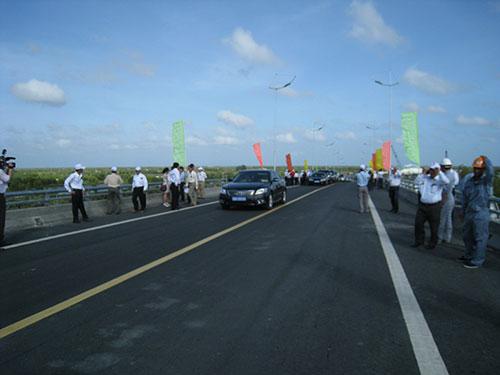 Cầu Đầm Cùng, cầu cuối cùng trên Quốc lộ 1 qua tỉnh Cà Mau, vừa được thông xe Ảnh: Duy Nhân