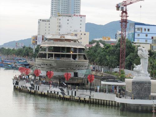Nhà hàng 5 tầng mô phỏng con thuyền đang cản dòng chảy sông Hàn