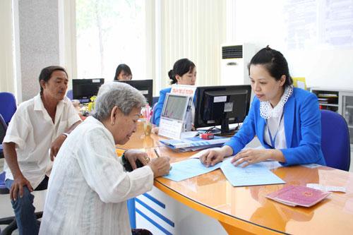 Khách hàng đóng tiền điện tại Công ty Điện lực Sài Gòn  Ảnh: Hoàng Triều