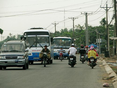 Quốc lộ 53 hiện rất hẹp, mặt đường xấu nên thường xảy ra tai nạn giao thông Ảnh: SÔNG HẬU
