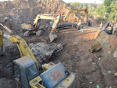Hàng chục người cùng phương tiện máy móc đào bới nhiều ngày liền nhưng chính quyền địa phương không hay biết