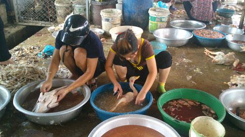 Tình trạng giết mổ gia cầm không bảo đảm an toàn ở nhiều nơi đang dấy lên lo ngại lây lan dịch cúm A/H5N6 tại tỉnh Thanh HóaẢnh: Thanh Tuấn