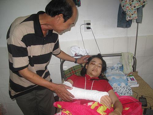 Em Nguyễn Thị Thanh Lan đang được cấp cứu tại Bệnh viện Đa khoa Phú Yên