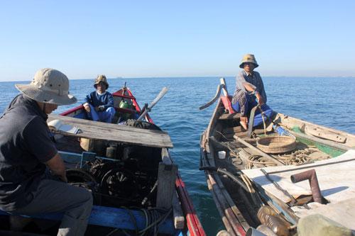 Một tàu giã cào đang hoành hành tại vùng biển quanh đảo Lý Sơn (Quảng Ngãi)