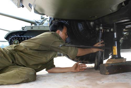 Lữ đoàn luôn chú trọng nâng cao tình trạng kỹ thuật, tình trạng đồng bộ của xe tăng – thiết giáp. Trong ảnh: Kiểm tra tình trạng kỹ thuật của xe thiết giáp BRDM2.