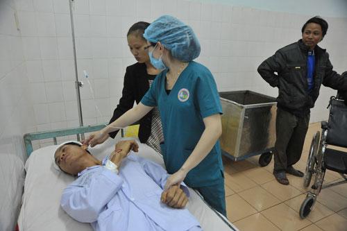 Nạn nhân Vũ Công Danh điều trị tại bệnh viện sau khi bị Vũ Văn Đản chém trọng thương trong vụ trọng án xảy ra tại tỉnh Gia Lai vào chiều 23-8 Ảnh: Hoàng Thanh.
