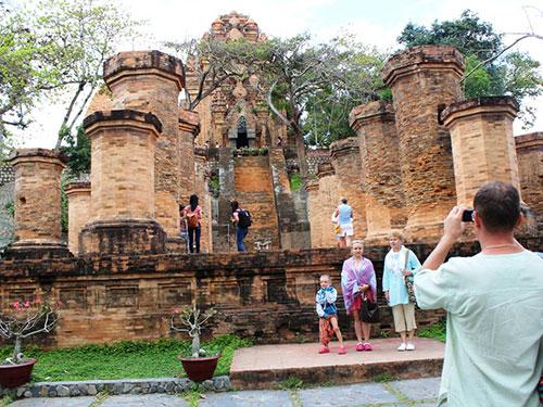 Du khách tham quan Tháp Bà, TP Nha Trang, tỉnh Khánh Hòa Ảnh: KỲ NAM