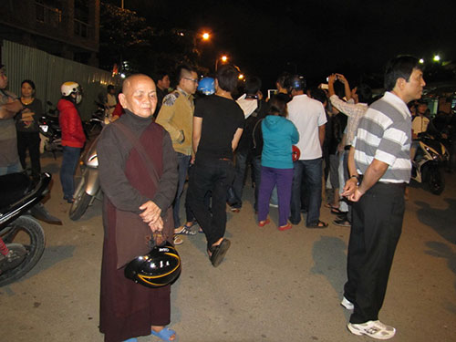 22 giờ ngày 6-1, rất nhiều người dân vẫn tụ tập trước cổng sân bay, tiếp tục chờ đợi Ảnh: Hoàng Dũng