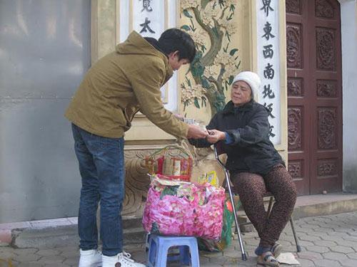 Người phụ nữ đổi tiền trước đền Quán Thánh cho biết nếu khách có nhu cầu đổi tiền lẻ số lượng lớn thì vẫn đáp ứng được Ảnh: NGUYỄN HƯỞNG