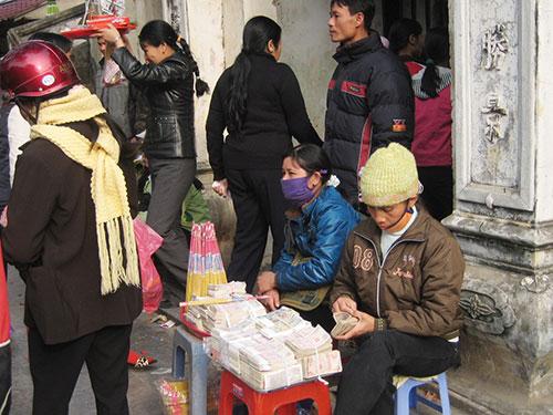 Dịch vụ đổi tiền lẻ ở đền Bà Chúa Kho tồn tại dai dẳng nhiều năm nay