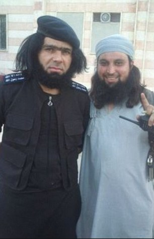 Hachim Chaib (phải) và thủ lĩnh IS ở tỉnh Anbar - Iraq Abu Wahib. Ảnh: Daily Mail