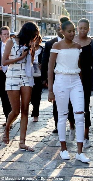 Cả nhóm đi bộ ở con phố mua sắm nổi tiếng Corso Com, trung tâm TP MiLan. Ảnh: AP, EPA, Splash News