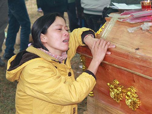 Chị Lê Thị Cẩm đau đớn bên quan tài chồng Đường Văn Sơn