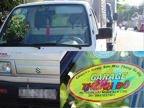 """Một chiếc xe tải trên đường Lý Thường Kiệt (quận 10) có in logo """"garage Thành Đô"""". (Ảnh chụp chiều 27-8)"""