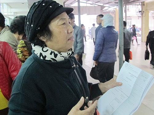 Bệnh nhân vượt tuyến vẫn xuất trình thẻ BHYT và CMND khi đến khám bệnh tại Bệnh viện Bạch Mai Ảnh: NGỌC DUNG