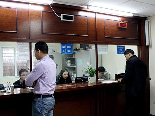 Người dân đến làm thủ tục cấp đổi GPLX tại Tổng cục đường bộ Việt Nam Ảnh: TIẾN MẠNH