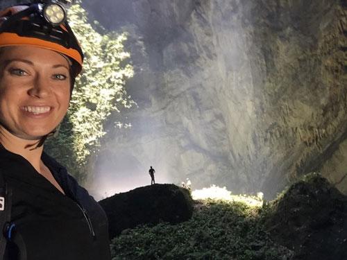 Người dẫn chương trình Ginger Zee trong hang Sơn Đoòng Ảnh: FACEBOOK