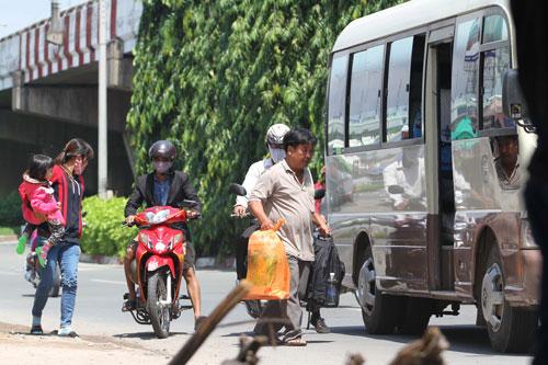 Xe dù, bến cóc hoạt động công khai ở TP HCM Ảnh: Hoàng Triều
