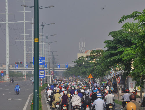 Làn xe máy trên đường Phạm Văn Đồng đoạn từ cầu Bình Lợi đến giao lộ Phan Văn Trị (quận Bình Thạnh, TP HCM) luôn ùn ứ Ảnh: Gia Minh