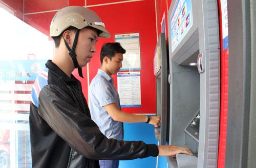 Tại các máy ATM, người dân đến rút tiền đều nhận được tiền mệnh giá lớnẢnh: Hoàng Triều