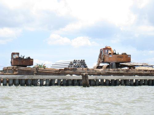 Xây dựng kè ngầm tạo bãi hộ đê biển Tây là phương án tối ưu nhưng tốn kém rất lớn, vượt khả năng của các địa phương Ảnh: Duy Nhân