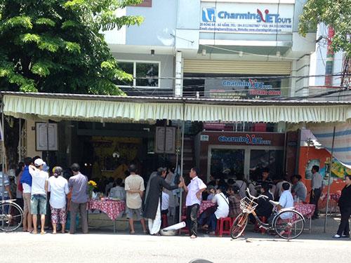 Nhiều người đến chia buồn với gia đình nạn nhân Nguyễn Chí Hoàng Anh sau vụ tai nạn thảm khốc Ảnh: BÍCH VÂN