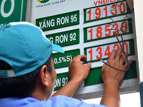 Giá xăng RON 92 giảm 768 đồng/lít, về mức 18.536 đồng/lít hôm 19-8 Ảnh: TẤN THẠNH