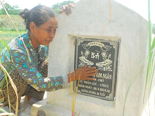Bà Nguyễn Thị Lệ khóc tức tưởi bên mộ phần con gái Nguyễn Thị Kim Ngân chưa kịp xanh cỏ Ảnh: THỐT NỐT