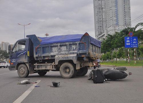 Hiện trường vụ tai nạn giữa xe ben và xe máy trên xa lộ Hà Nội (quận 2, TP HCM) làm 1 người nguy kịch ngày 23-6  Ảnh: GIA MINH