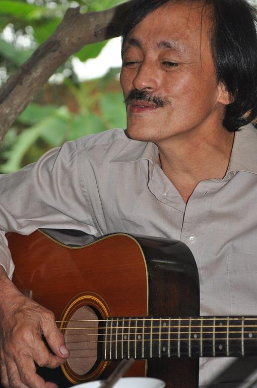 Ngoài đời nghệ sĩ Giang còi biết hát, hát được và chơi đàn được.