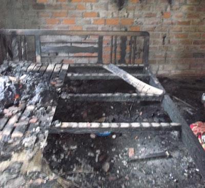 Giường ngủ của vợ chồng ông Nguyễn Đức Thắng bị cháy rụi