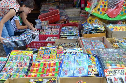 Rất dễ mua đồ chơi Trung Quốc tại chợ Bình Tây, TP HCM  Ảnh: Tấn Thạnh