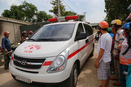 Xe cứu thương đưa thi thể các nạn nhân ra ngoài