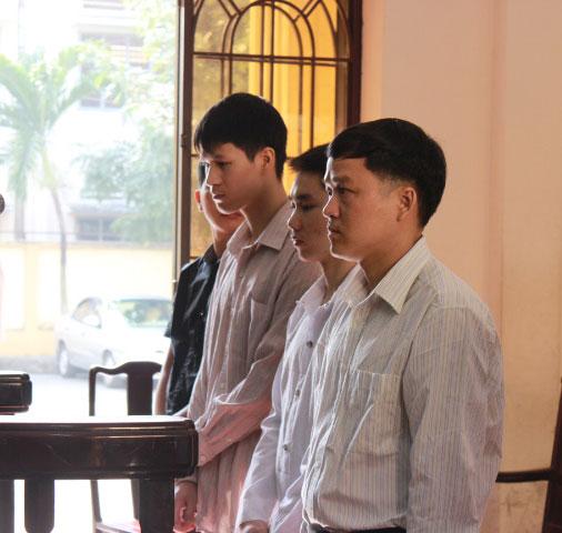 Bị cáo Võ Thanh Tùng (bìa phải)n cùng các đồng phạm tại tòa