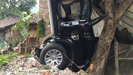 Chiếc xe ô tô gây tai nạn dựng ngược lên trời (Ảnh báo Cao Bằng)