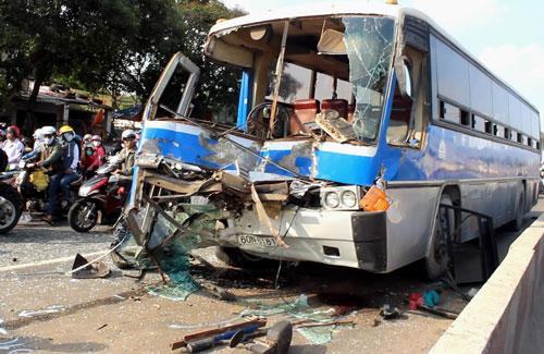 Xe khách nát đầu sau vụ tai nạn liên hoàn trên Quốc lộ 1, đoạn qua phường Long Bình, quận 9, TP HCM Ảnh: GIA MINH