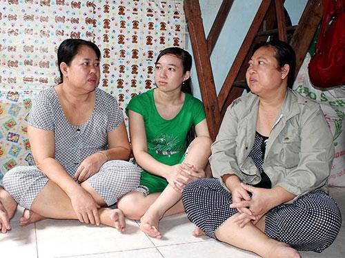 Chị Võ Thị Bình (bìa trái) trong căn phòng trọ chật hẹp của người em gái