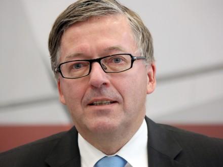 Nghị sĩ Hans-Peter Bartels cho rằng NATO không đủ sức bảo vệ châu Âu. Ảnh: DPA