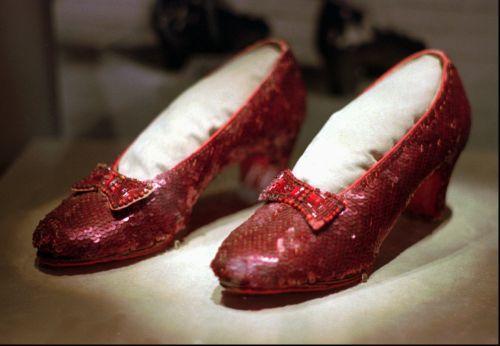 Đôi giày đính ruby đỏ rực rỡ mà bà mang trong phim đã bị đánh cắp gần một thập kỷ trước