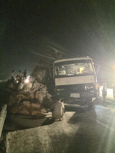 Xe chở gạo lật trên đường cao tốc TP HCM - Trung Lương