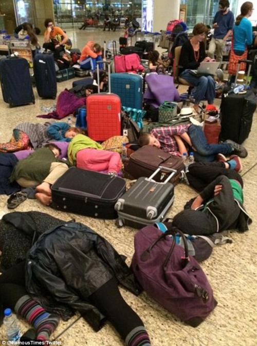Ảnh hành khách ngủ trên sàn sân bay