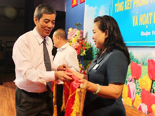 Ông Nguyễn Văn Khải, Phó Chủ tịch Thường trực LĐLĐ TP HCM, trao cờ thi đua cho tập thể xuất sắc năm 2014