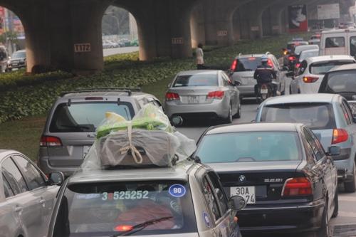 Tại tuyến đường Nguyễn Xiển, rất đông xe cộ đi lại
