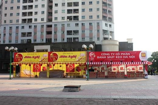 Quầy bán bánh trung thu tại Trung Kính đang trong quá trình hoàn thiện để bán trong một vài ngày nữa