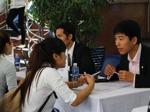 Sinh viên tham gia ngày hội việc làm do HUTECH tổ chức năm 2014